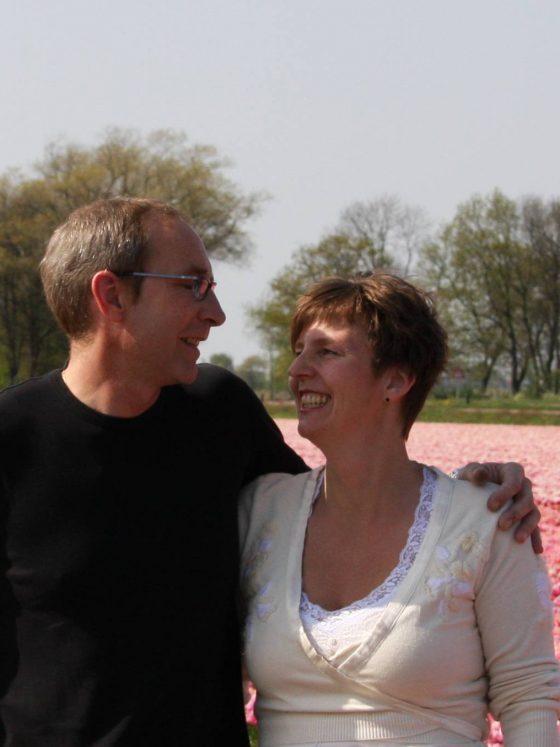 Klaas en Miranda tussen de tulpen